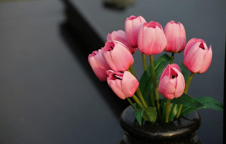 Dekoracja wnętrz ze sztucznych kwiatów