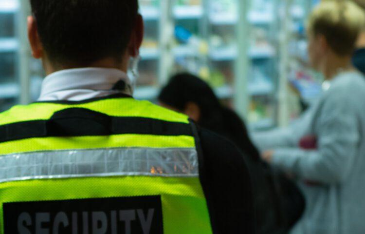 Praca na stanowisku ochroniarza- na czym polega, wymagania, czy warto?