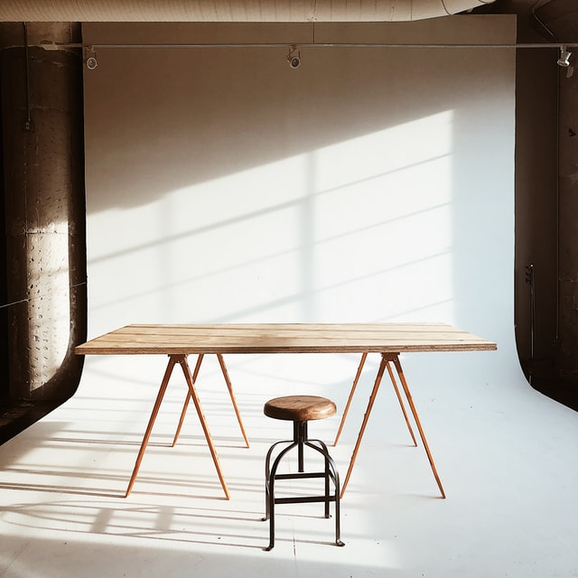 Jak odnowić stół z okleiny?